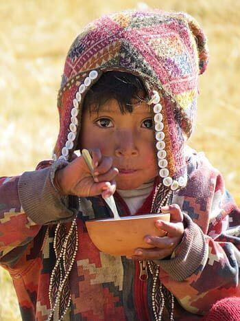 Niño comiendo Comida peruana típica