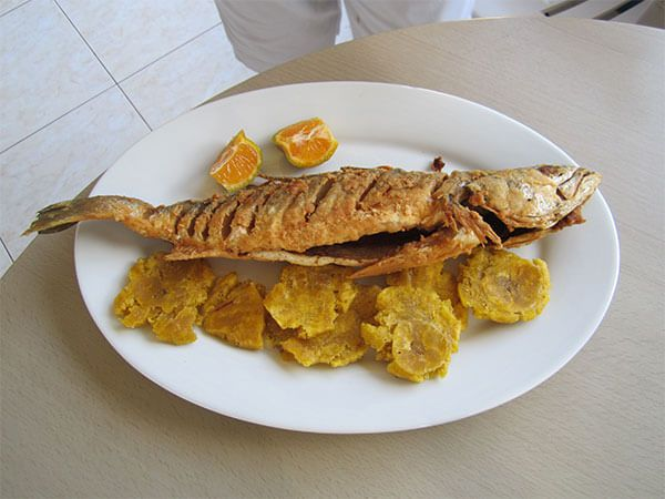 Pescado frito con tostones